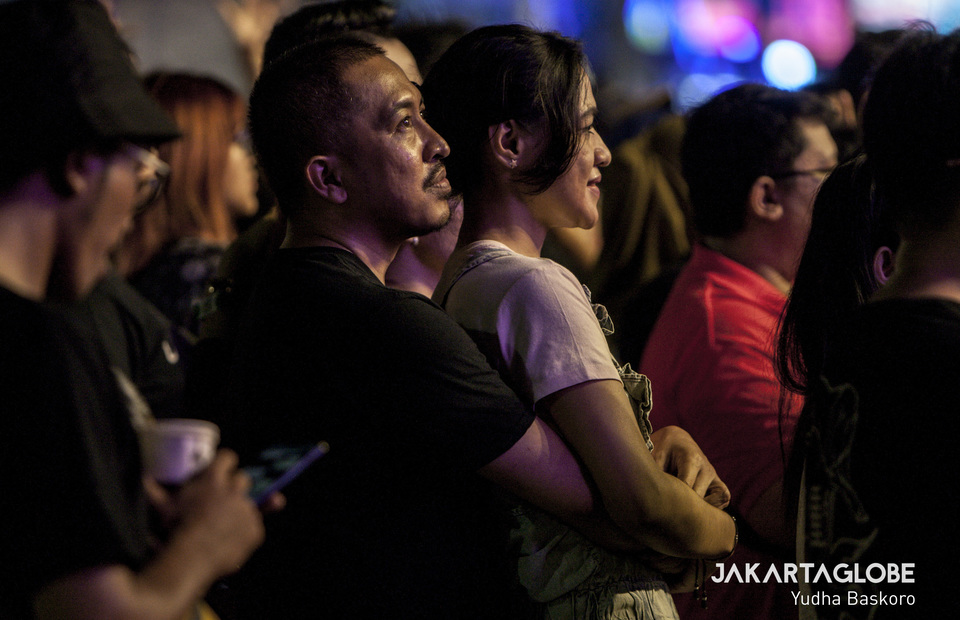 A couple hug when Melly Goeslaw of Potret sings Bunda, a heart warming song dedicated to a mother. (JG Photo/Yudha Baskoro)