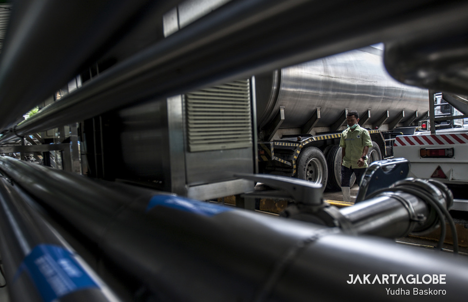 A worker conducts a daily inspection in hygienic water filters and giant earthquake-resistant tubes at Lido site in Bogor, West Java on Thursday (28/11). (JG Photo/Yudha Baskoro)
