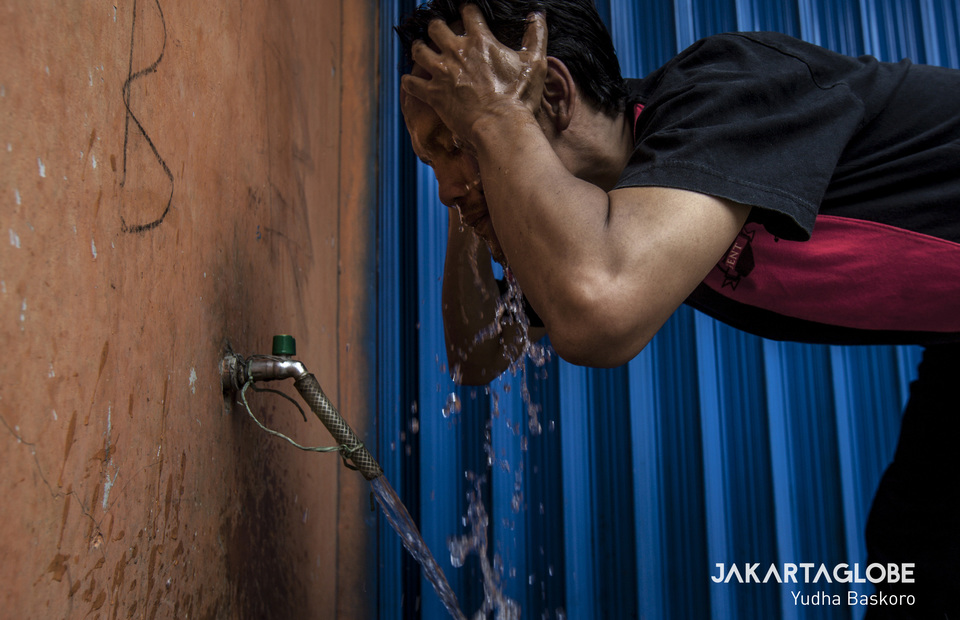 A man washes his face with clean and safe water that flow from Danone-Aqua reservoir at Ciherang Village in Bogor, West Java on Thursday (28/11). (JG Photo/Yudha Baskoro)