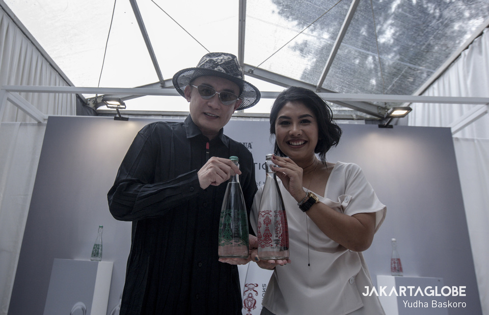 Indonesian couture accessories designer, Rinaldy Yunardi and Flora Tobing, Senior Brand Manager of Aqua brought bottles of Aqua Reflection as they launched the lastest design in Pancawati, Bogor, West Java on Thursday (28/11). (JG Photo / Yudha Baskoro)