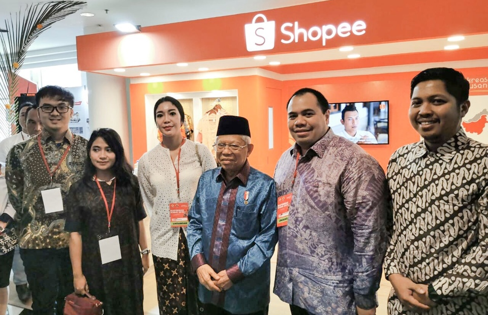 Vice President Maruf Amin and Shopee representatives in talks of how the government and e-commerce have joined hands to develop shariah SMEs. (Shopee Photo)