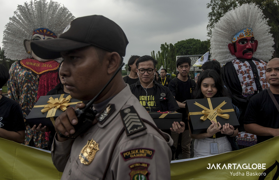 Human rights activicts negotiate with police as they want to send 5000 letter for President Jokowi during International Human Rights Day in front of State Palace in Central Jakarta on Tuesday (10/12). (JG Photo/Yudha Baskoro)