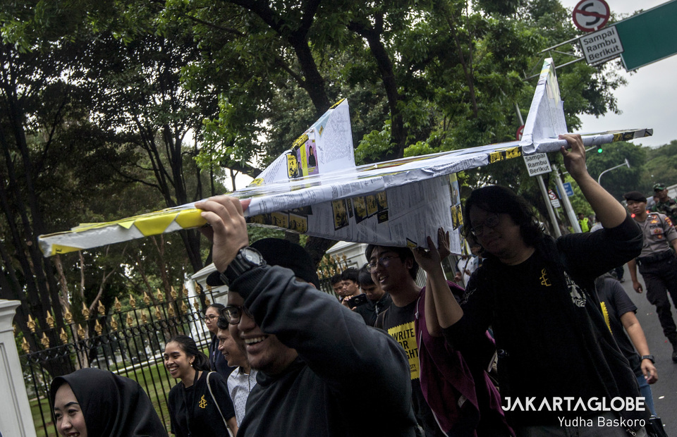 Human rights activist brought a giant airplane papercraft to State Secretariat during commemoration of International Human Rights Day on Tuesday (10/12). (JG Photo/Yudha Baskoro)