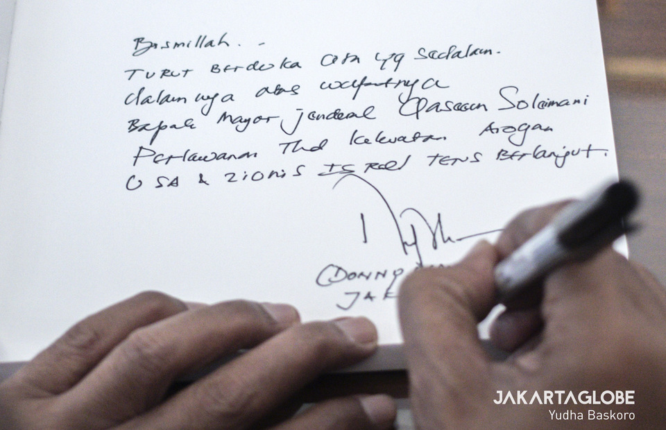 Condolences from Indonesian people who come during Condolence Book for singning at the embassy in Menteng, Central Jakarta on Tuesday (07/01). (JG  Photo/Yudha Baskoro)