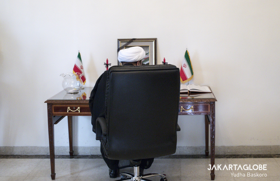 Iran Cultural Center representative signing the book of condolences in Embassy of The Islamic Republic of Iran in Jakarta on Tuesday (07/01). (JG Photo/Yudha Baskoro)