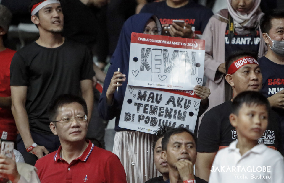 Indonesian fans brings placard that reads Kevin do you want me to accompany you at the podium?. (JG Photo/Yudha Baskoro)