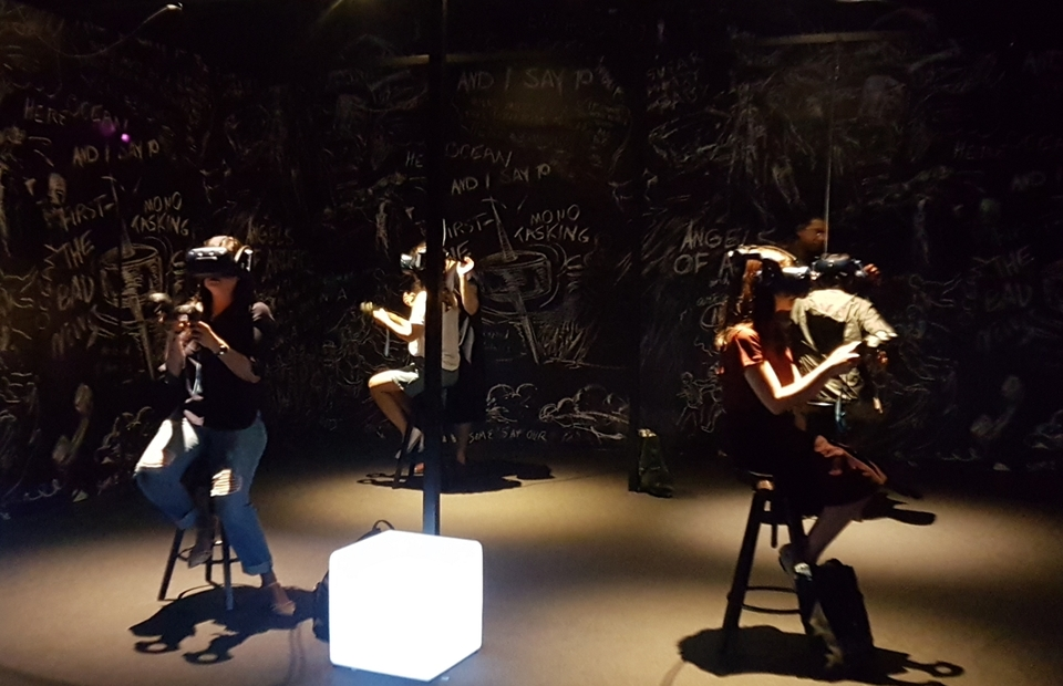 Visitors trying The Chalkroom virtual reality, at the SMU de Suantio Gallery, Singapore. (JG Photo/Nur Yasmin)