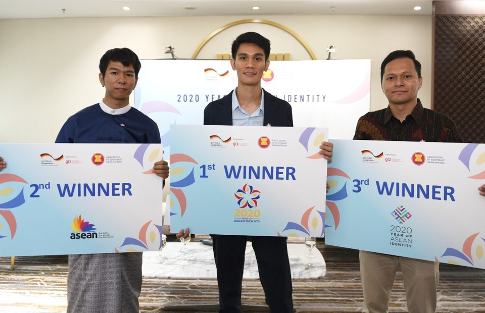Filipino graphic designer Joemari Manguiat, center, wins the Logo Design Competition for Asean Youths with the concept of a blooming flower in three colors. He is accompanied by runner-ups Swumm Htet Naing from Myanmar, left, and Mohd Firdaus from Malaysia during the launch of the new logo at Asean Secretariat in Jakarta on Tuesday. (Photo courtesy of Asean Secretariat)