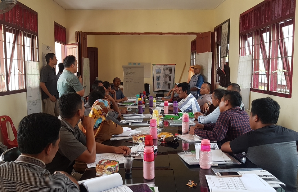 Training of Trainers from various sub-districts preparing materials for field school at Batang Toru sub-district, South Tapanuli, North Sumatra. (JG Photo/Nur Yasmin)
