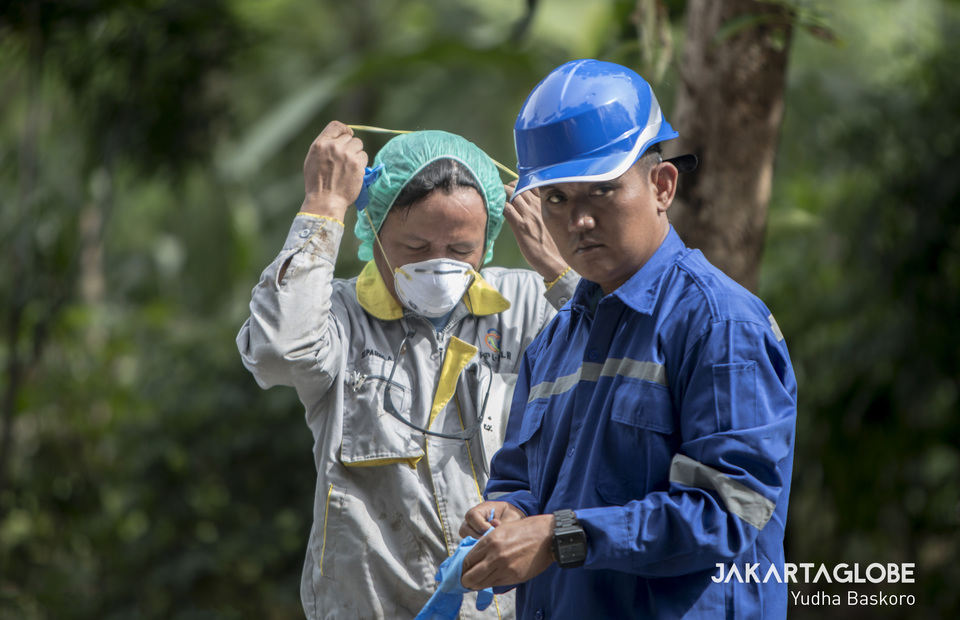 The National Nuclear Energy Agency (Batan) and the Nuclear Energy Supervisory Agency (Bapetan) personnels are preparing their protective gear before entering the radioactive leaked land in Serpong, South Tangerang on Tuesday (18/02). (JG Photo/Yudha Baskoro)