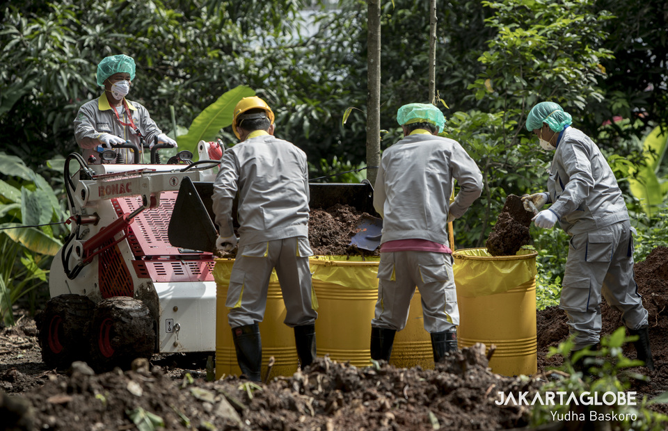 Nuclear decontamination technician use mini skid steer loader to carry radioactive soil. (JG Photo/Yudha Baskoro)