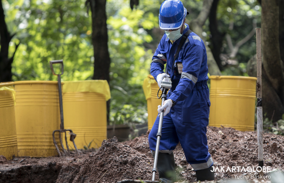 A man use a radiation detection devices at radioactive leaked area in Serpong, South Tangerang on Tuesday (18/02). (JG Photo/Yudha Baskoro)