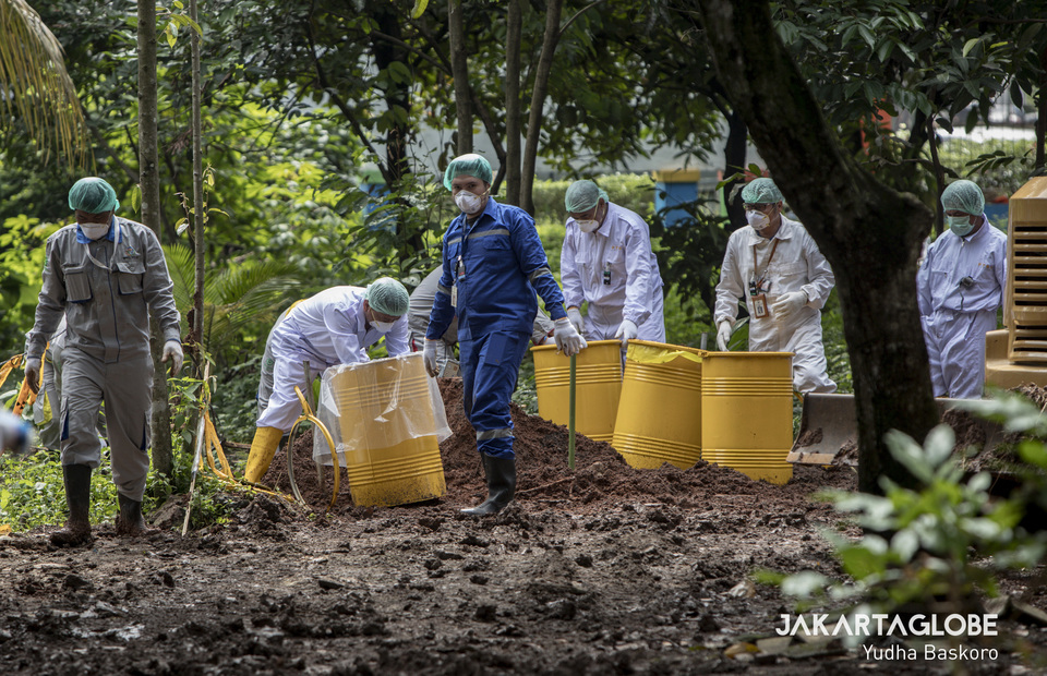 Radioactive cleansing process at Batan Residential Complex, in Serpong, South Tangerang on Tuesday (18/02). (JG Photo/Yudha Baskoro)