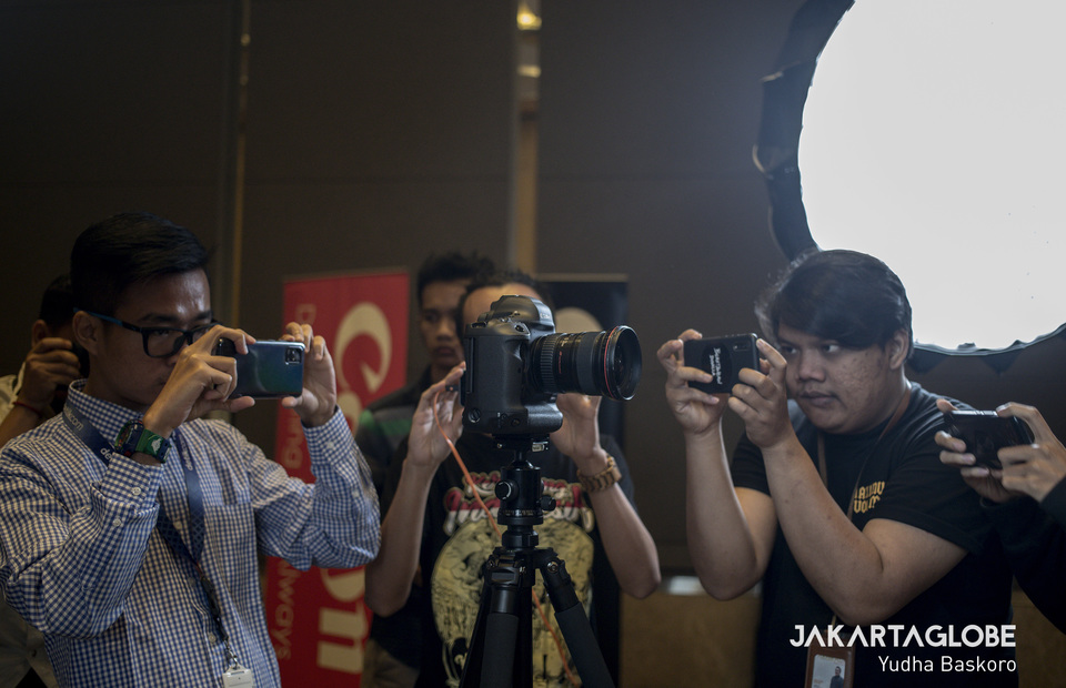 Journalists take a picture of brand new Canon EOS 1D X Mark III during media preview in Jakarta on Friday (21/02). (JG Photo/Yudha Baskoro)