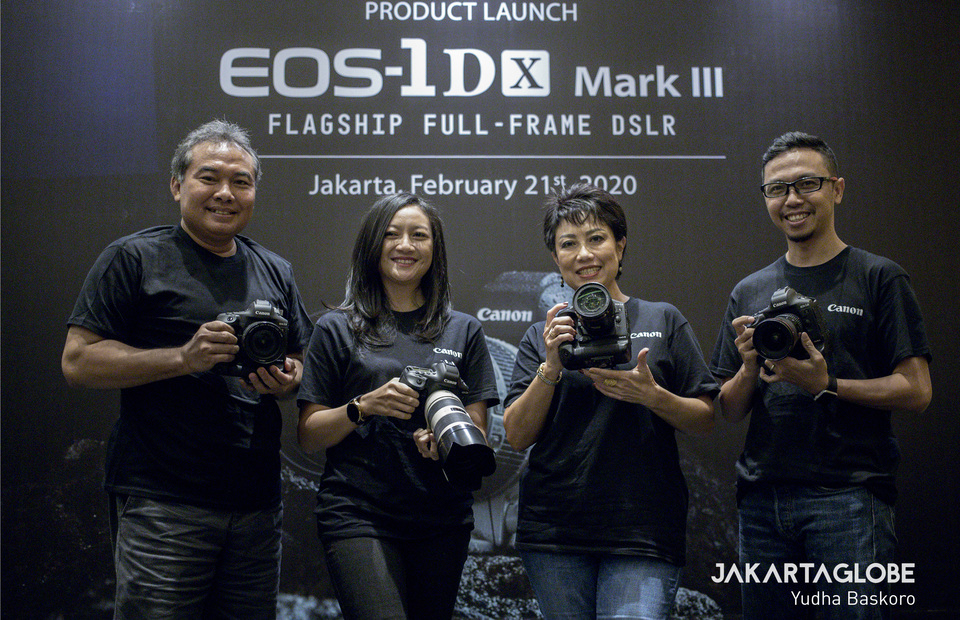Director of Canon Bussiness Unit, pt. Datascrip poses with Denny Herliyanso, Sandriani Permani and Mast Irham during media preview of Canon EOS 1D X Mark III. (JG Photo/Yudha Baskoro)