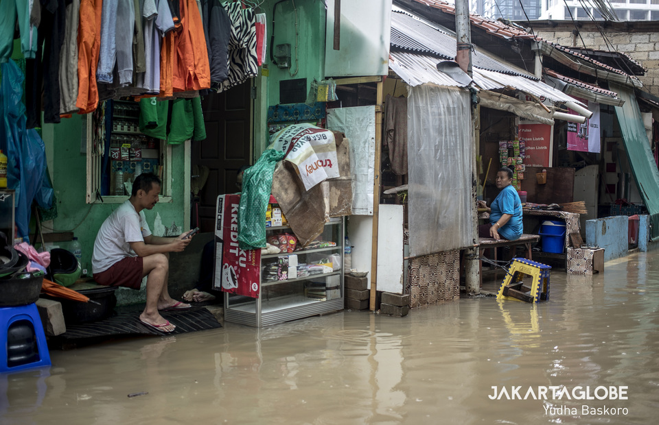 Residents stay in their house during flood. (JG Photo/Yudha Baskoro)