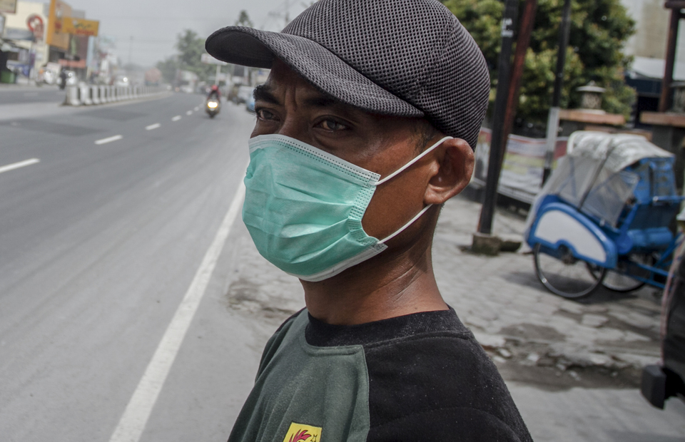 A man wears mask to cover his face from Mount Merapi eruption vulcanic ashes in Kartasura, Sukoharjo, Central Java on Tuesday (03/03). (Antara Photo/Mohammad Ayudha)