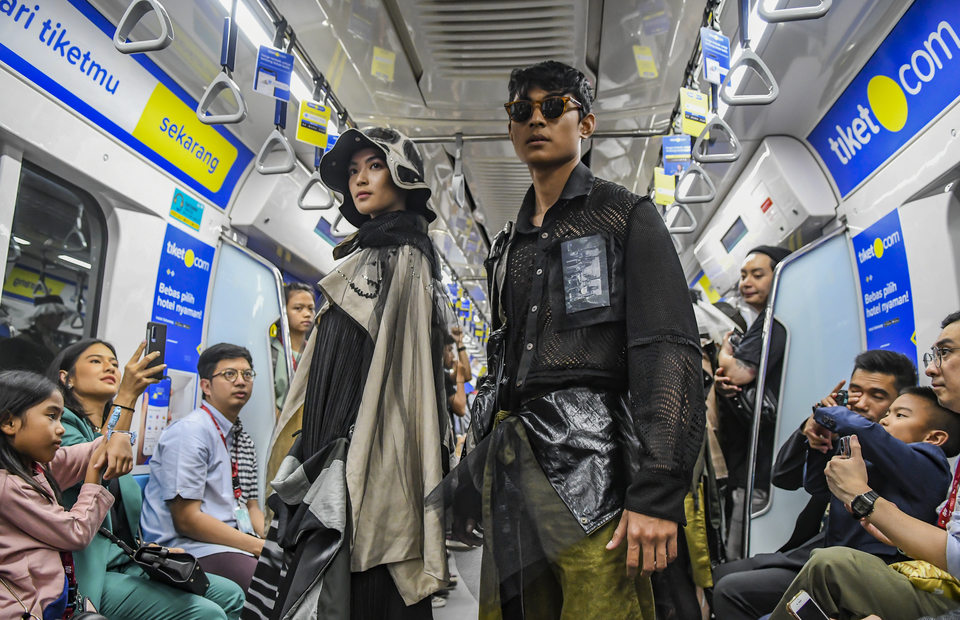 Two models during a fashion show in Jakarta MRT