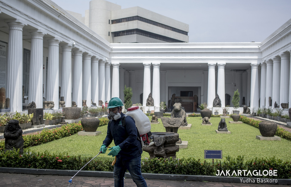 A virus control personnel spread disinfectant in every section of the museum. (JG Photo/Yudha Baskoro)