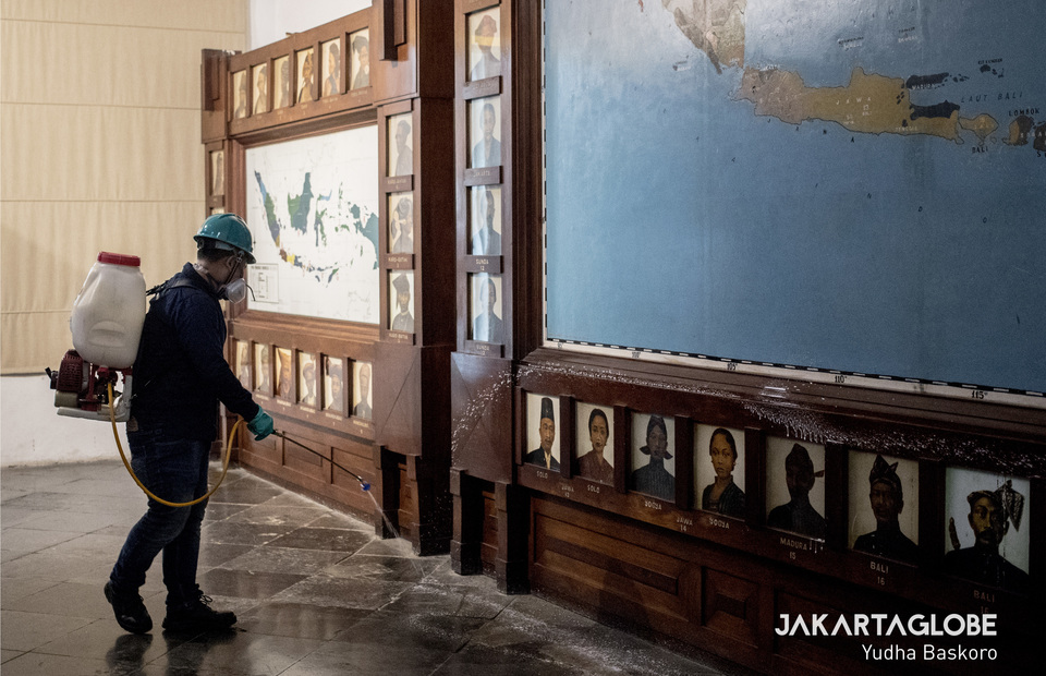 A virus control personnel spread disinfectant in map of Indonesia in National Museum, Central Jakarta on Monday (16/03). (JG Photo/Yudha Baskoro)