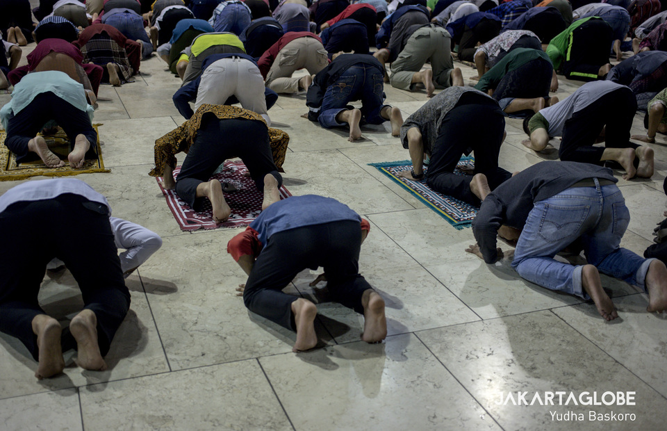 Muslim perform social distancing during Dzuhur prayer as a substitute of Friday prayer at Istiqal Mosque in Central Jakarta on Friday (20/03). (JG Photo/Yudha Baskoro)
