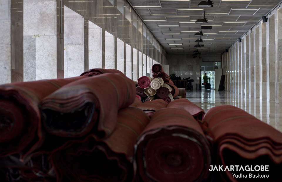 The Istiqlal Mosque carpet was folded due to renovations and avoiding the transmission of Covid-19 which could survive on fabric. (JG Photo/Yudha Baskoro)