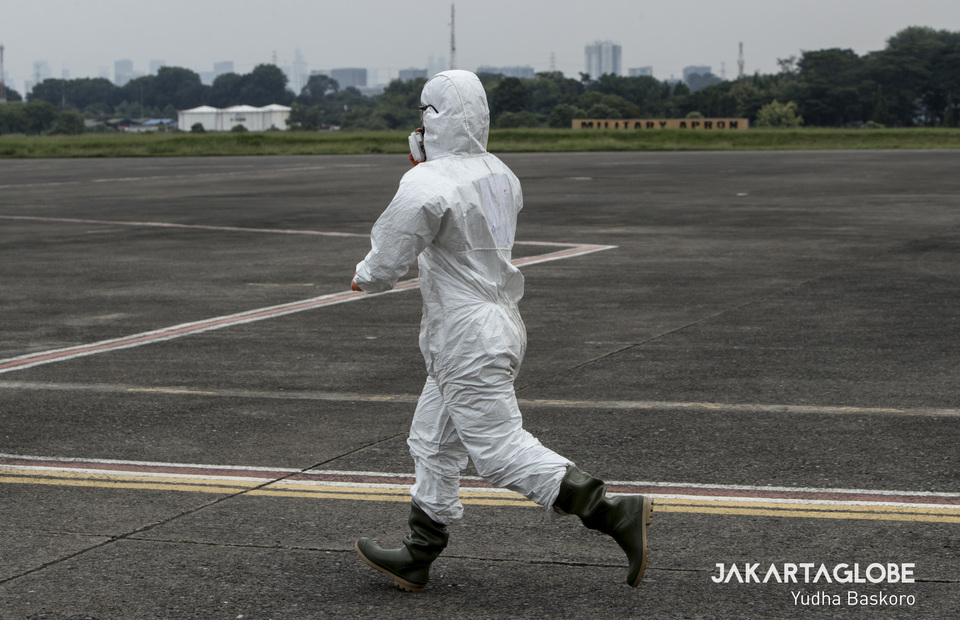 Indonesian Airforce personnel runs to help the C-130 Hercules aircraft cabin crew on Monday (23/03). (JG Photo/Yudha Baskoro)