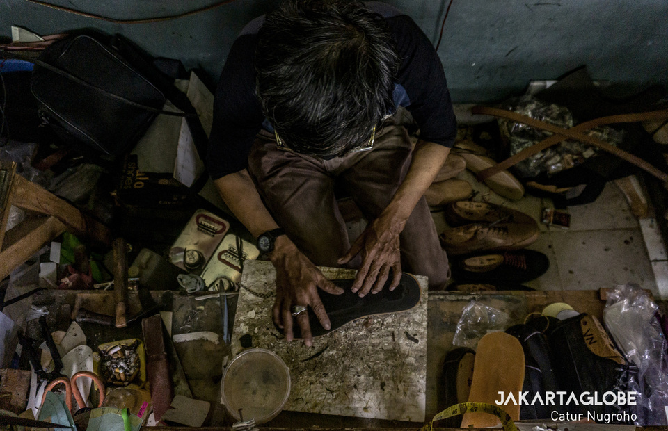 A Workers crafts shoes that made from ceker or chicken feet at Hirka Home Industry in Bandung, West Java. (JG Photo/Yudha Baskoro)