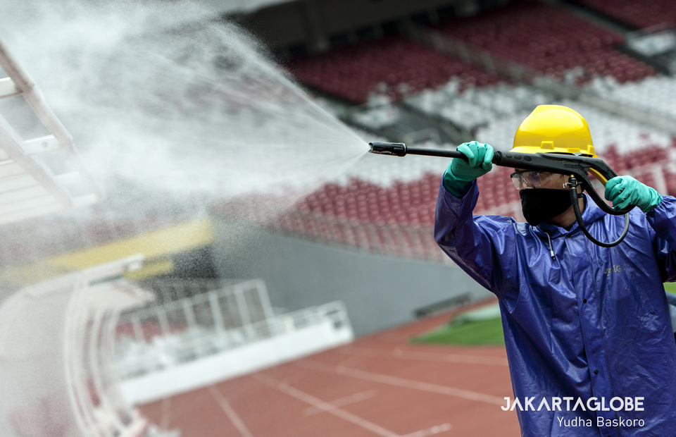 A man sprays the entire stadium with disinfectant. (JG Photo/Yudha Baskoro)