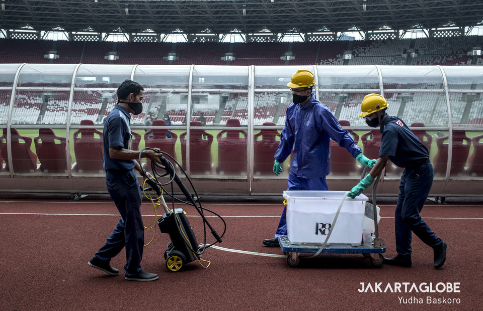 They spray the entire stadium with a very minimal gear every day on the morning. (JG Photo/Yudha Baskoro)