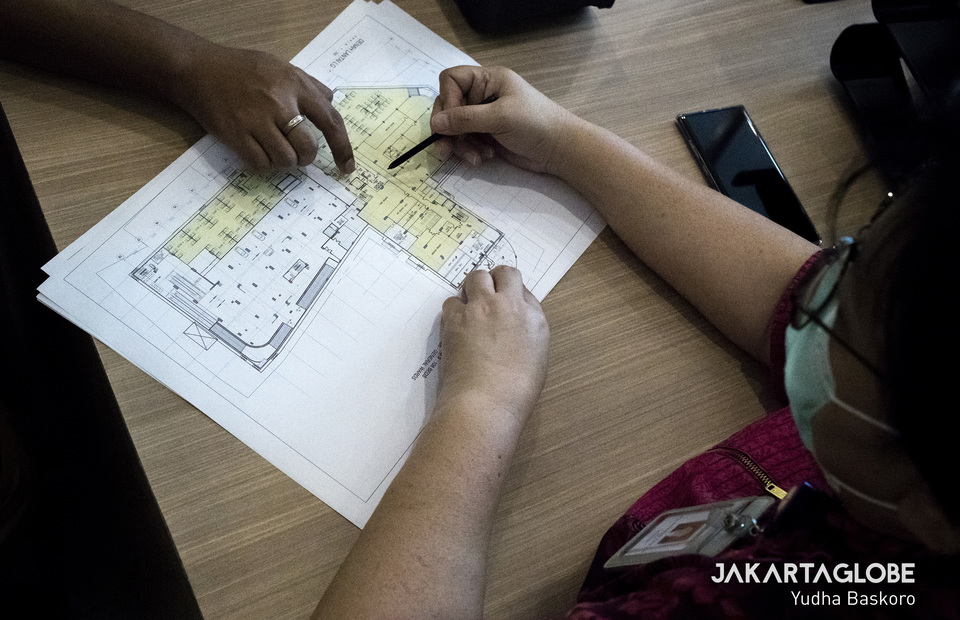 A medical worker from Siloam Hospital shows a floor plan of Lippo Plaza Mampang as the place preparation to be a makeshift COVID-19 hospital. (JG Photo/Yudha Baskoro)