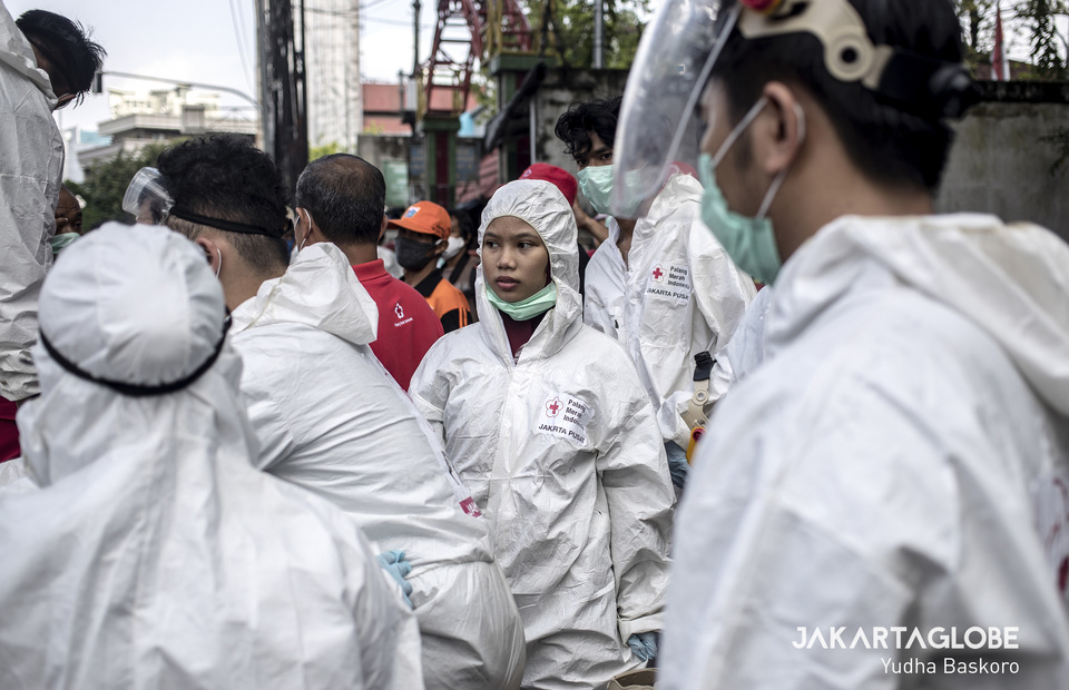 Indonesian Red Cross volunteer gather in front of Rusun Benhil II before spraying the entire neighborhood with disinfectant. (JG Photo/Yudha Baskoro)