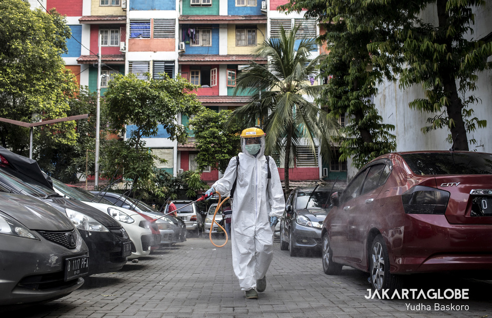 Disinfecting the car park in Rusun Benhil II. (JG Photo/Yudha Baskoro)