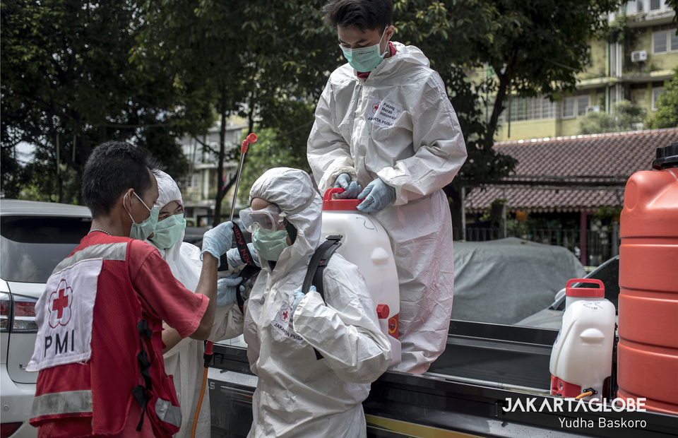 Indosian Red Cross are preparing a volunteer to spray disinfectant in Rusun Petamburan, Central Jakarta on Saturday (04/04). (JG Photo/Yudha Baskoro)