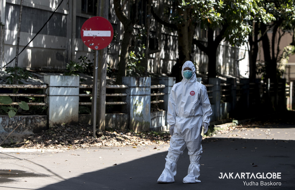 Medical personnel controls the rapid test and inspection circulation outside a Pajajaran Stadium in Bogor, West Java on Tuesday (07/04). (JG Photo/Yudha Baskoro).
