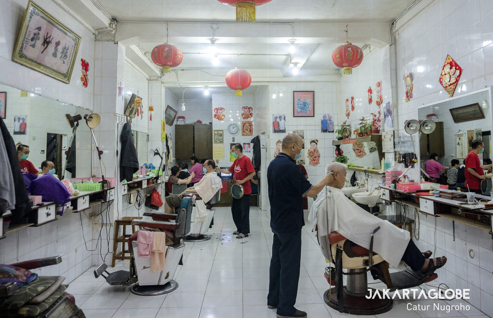 Inside the Ko Tang Barbershop on a daily basis. Today every barber and customer have to wear mask amid the coronavirus (COVID-19) outbreak in Jakarta. (JG Photo/Catur Nugroho)