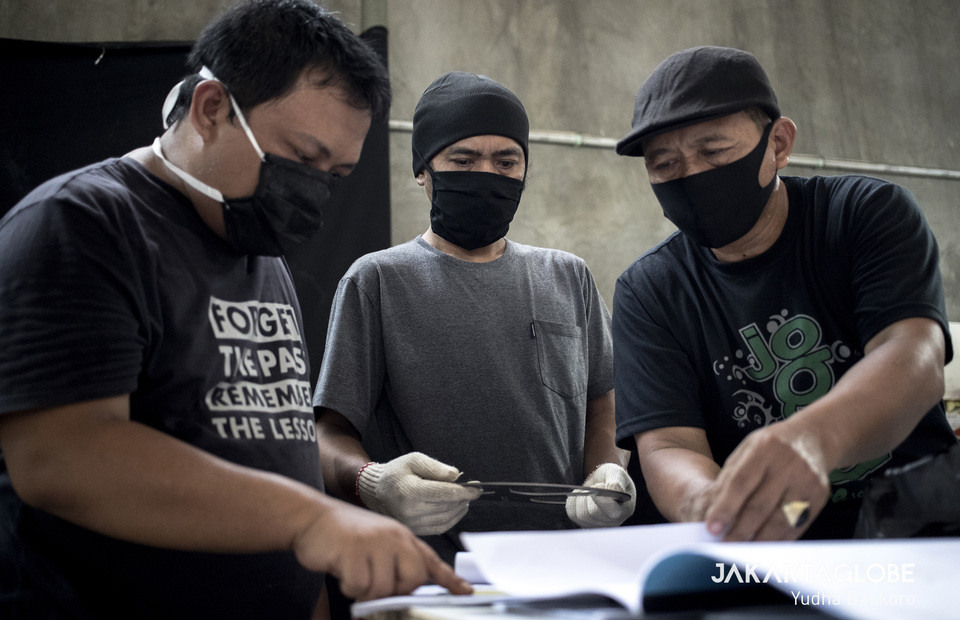 Anton Agusta (left) gives instructions to some workers based on oxygen2 forum handbook. (JG Photo/Yudha Baskoro)