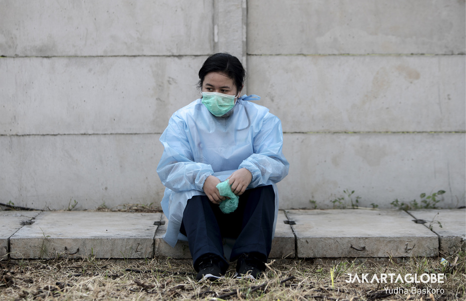 A health workers takes a break after conduct rapid testing for coronavirus from 8.00 a.m to 11.00 a.m on Saturday morning. (JG Photo/Yudha Baskoro)