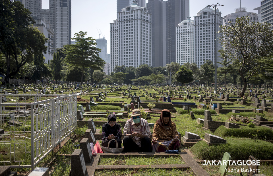 The Karet Tengsin public cemetery is empty of visitors because of the large scale social restriction on Wednesday (22/04). (JG Photo/Yudha Baskoro)