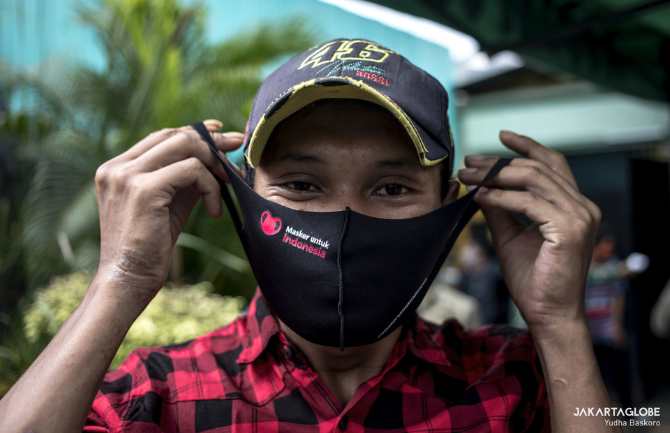 A man wearing a new mask from Kodim 0503. (JG Photo/Yudha Baskoro)