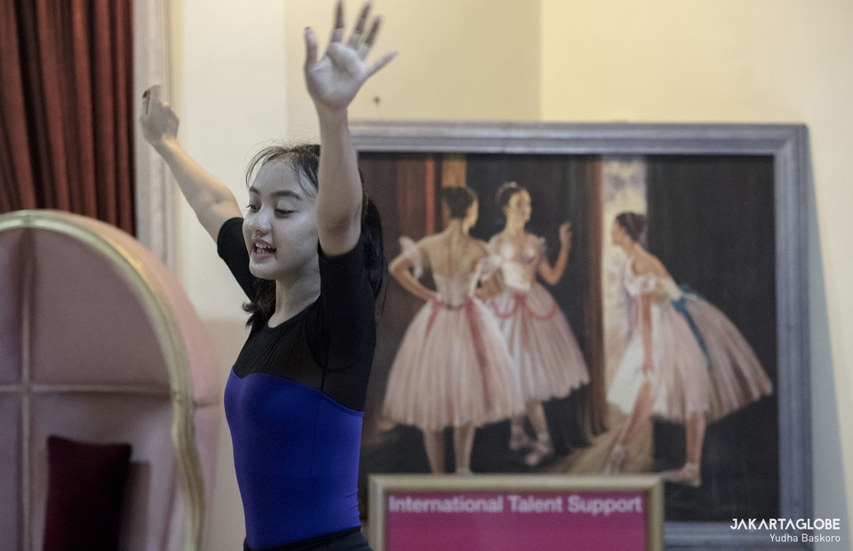 Soraya performs some choreography in front of her students during online class. (JG Photo/Yudha Baskoro)