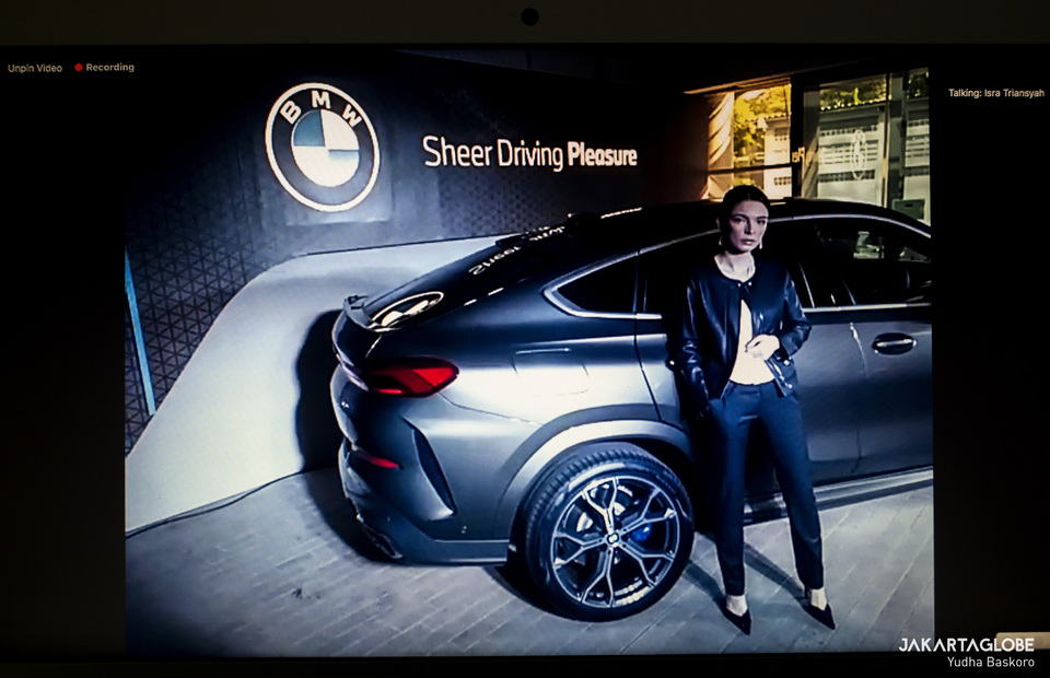 A model poses with the all-new BMW X6 during launching ceremony through virtual photoshot on Friday (15/05). (JG Photo/Yudha Baskoro)