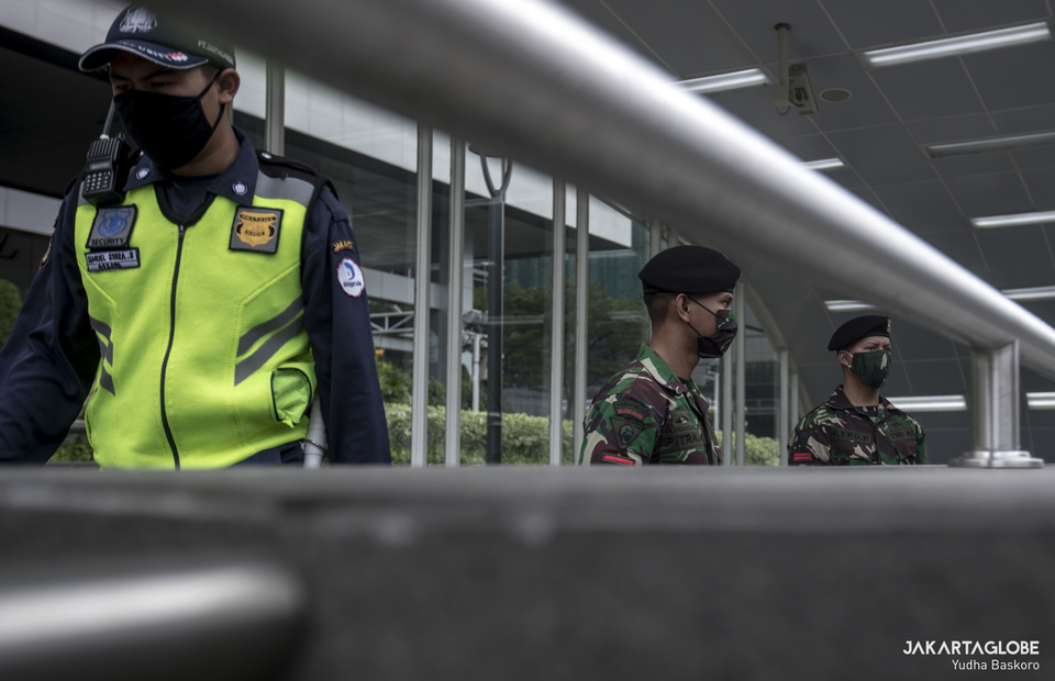 Indonesian Military personnels stand on guard outside the Bundaran HI MRT station in Central Jakarta on Wednesday (27/05). (JG Photo/Yudha Baskoro)
