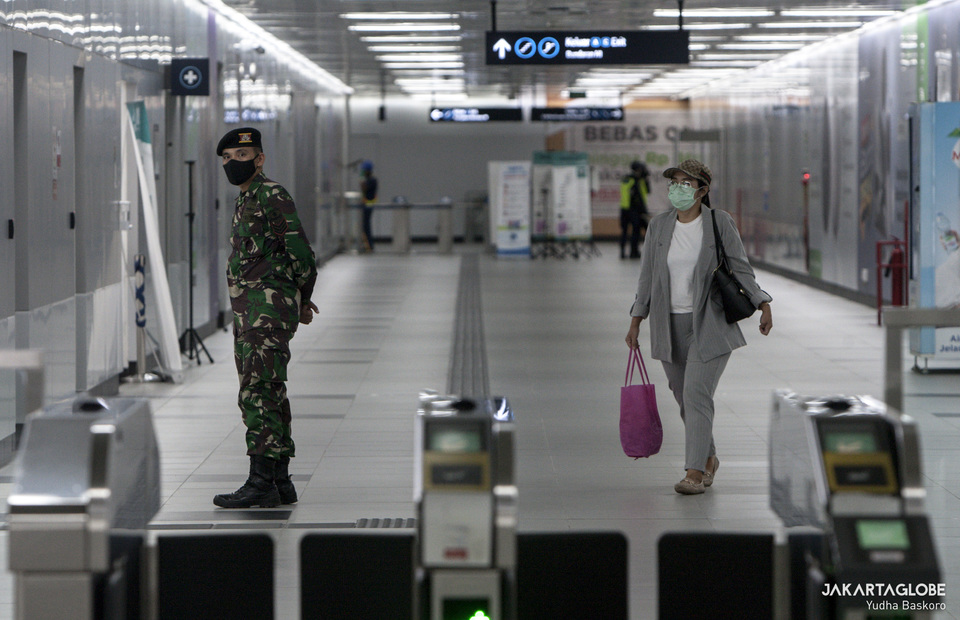 A woman walks inside Bundaran HI MRT Station. (JG Photo/Yudha Baskoro)