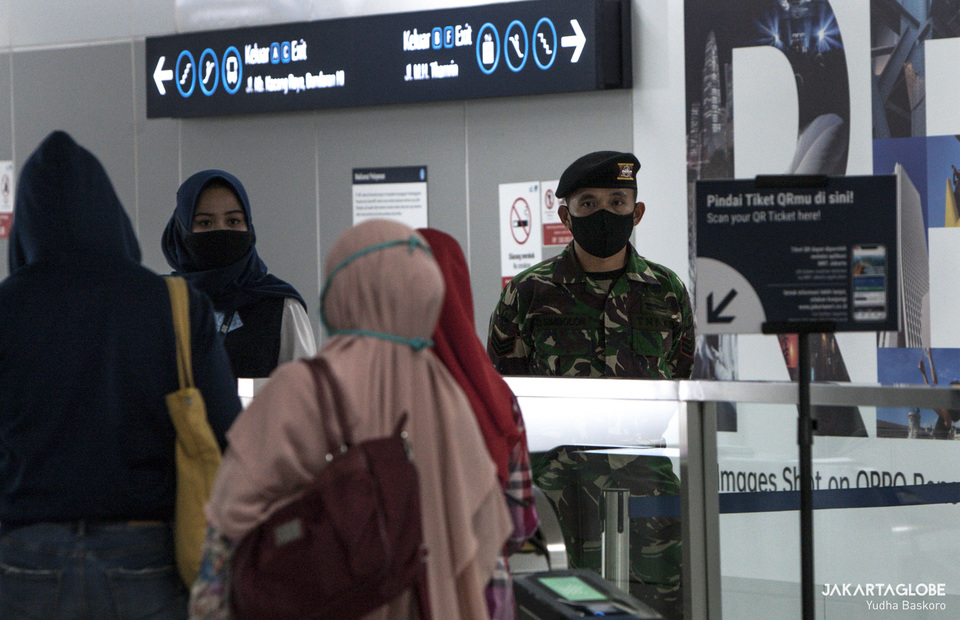 Indonesian army personnel conduct health protocol check on passengers gate inside Bundaran HI MRT Station. (JG Photo/Yudha Baskoro)