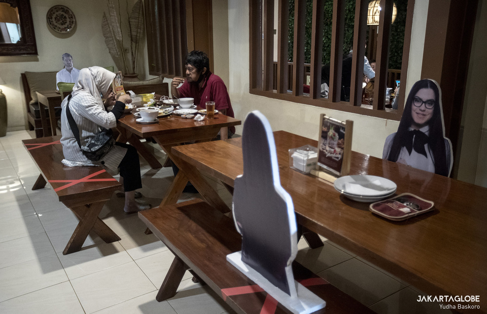 The restaurant management put some mannequin as Covid-19 physical distancing measures. (JG Photo/Yudha Baskoro)
