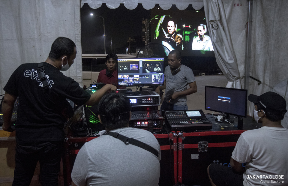 Screening team show short Indonesian classic movie before 09.00 p.m. (JG Photo/Yudha Baskoro)