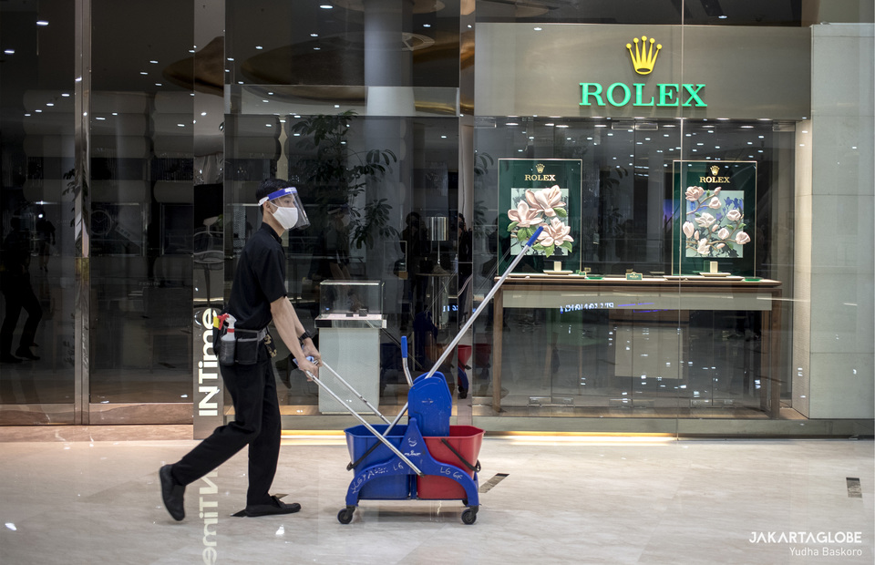 A janitor walks in front of Rolex stall inside Senayan City mall in Central Jakarta on Tuesday (09/06). (JG Photo/Yudha Baskoro)