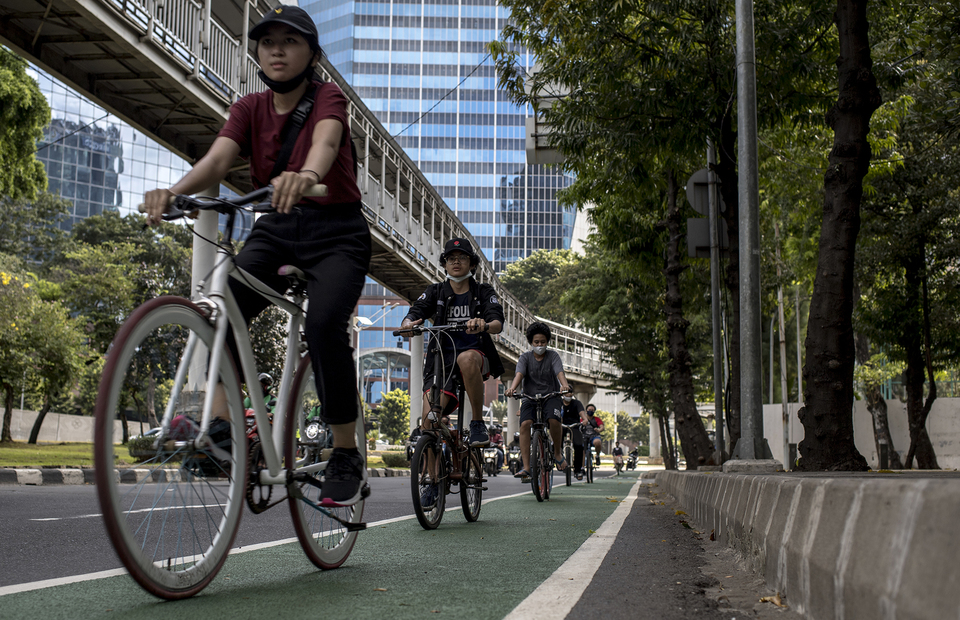 A group of cyclists pass through bike lane in Semanggi, Central Jakarta on Tuesday (16/06). (JG Photo/Yudha Baskoro)
