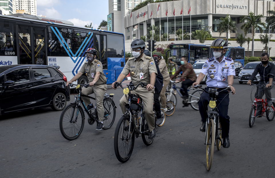 The Jakarta Governor, Anies Baswedan rides his bicycle alongside the City Hall officials in Central Jakarta on Tuesday (16/06). (JG Photo/Yudha Baskoro)